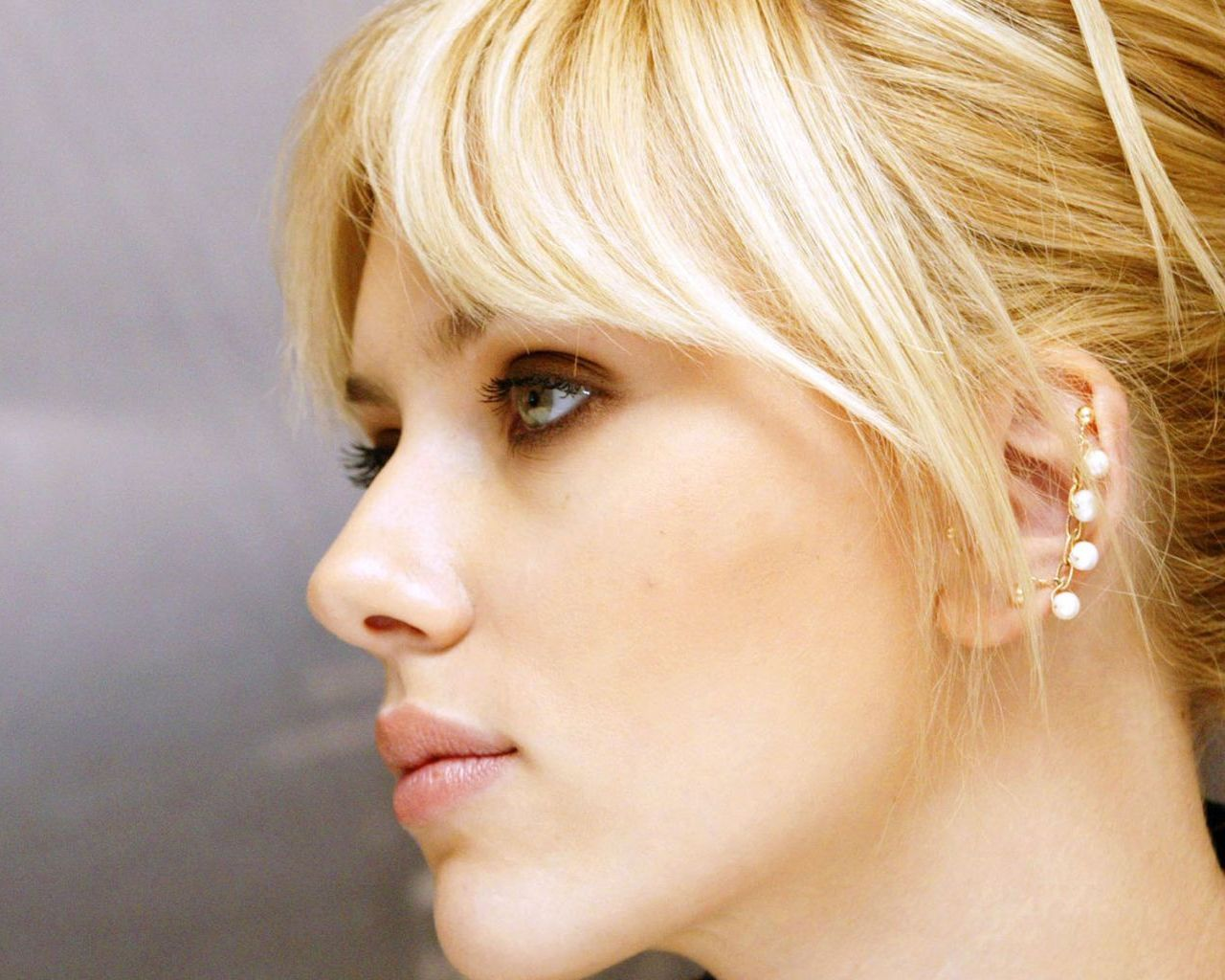 Scarlett Johansson Mango Summer Wallpaper